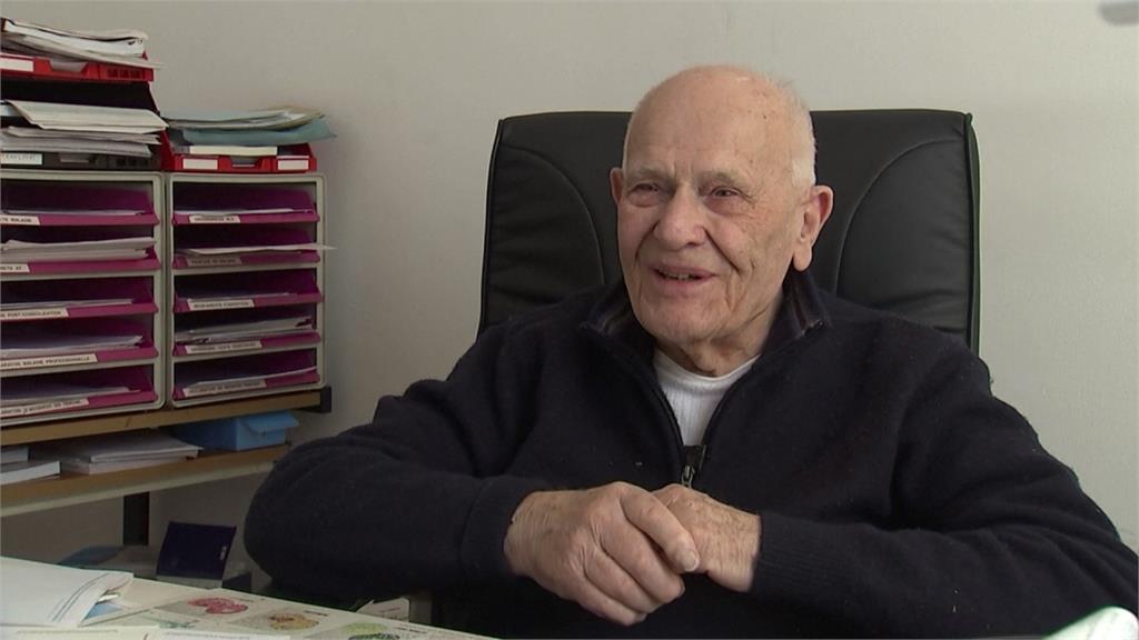 法國人瑞醫生身體力行 98歲堅持每週看診2次