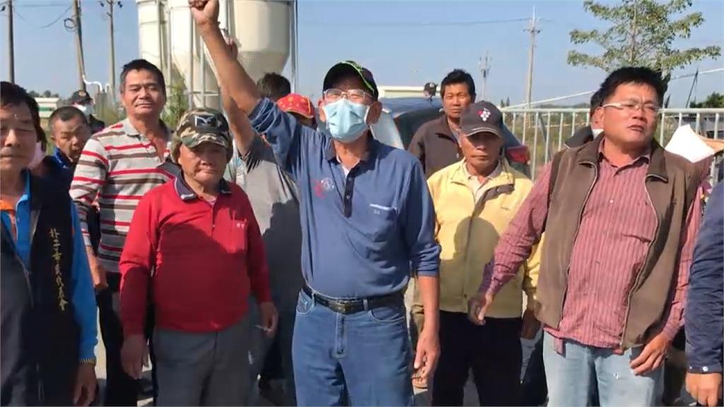 惡臭受不了!養雞場偷埋上千死雞 居民要求遷走環保局當場告發
