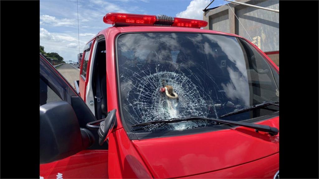 聯結車噴出插銷 台南消防公務車玻璃破