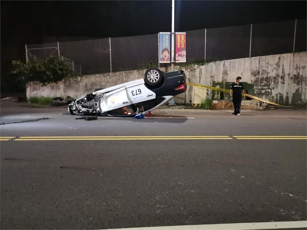 快新聞/新莊21歲員警駕駛技術不純熟 自撞變電箱「警車翻肚」2人傷