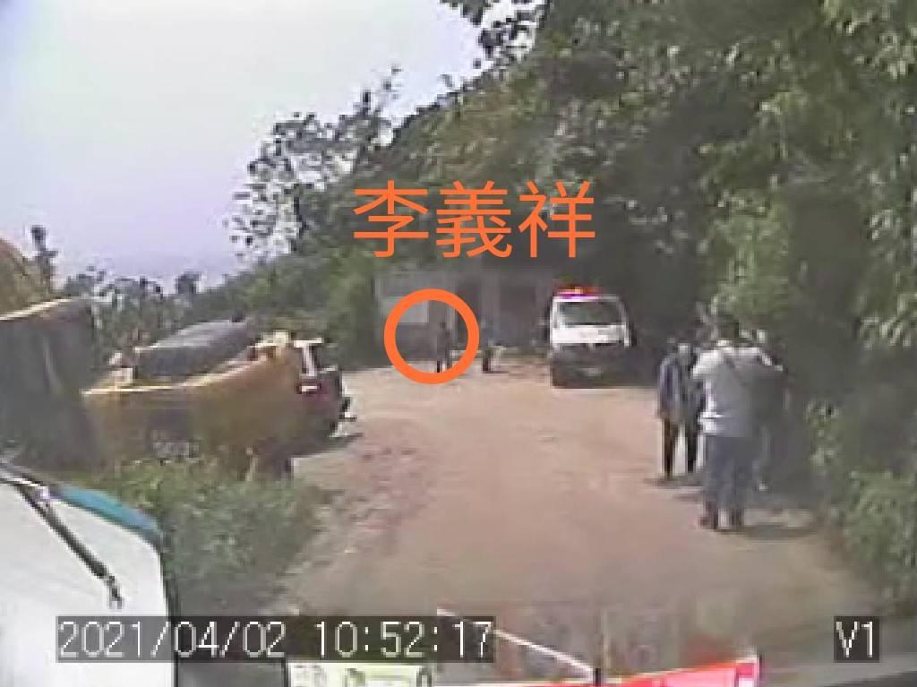 快新聞/李義祥被拍到走回工程車墜落處! 網質疑還有工人「一邊看、一邊笑著聊」