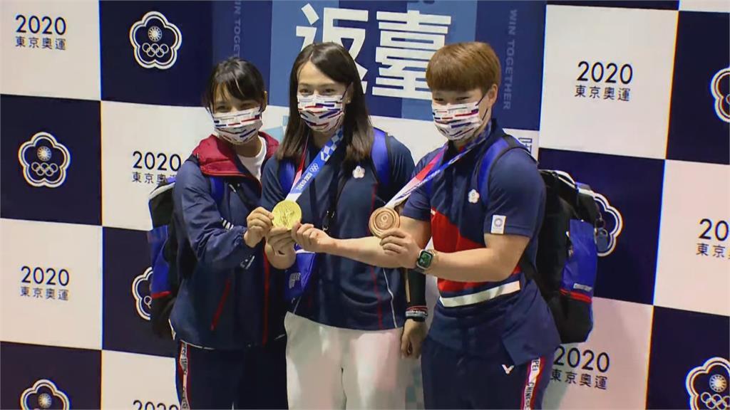奧運金牌郭婞淳光榮回台 激動哽咽落淚