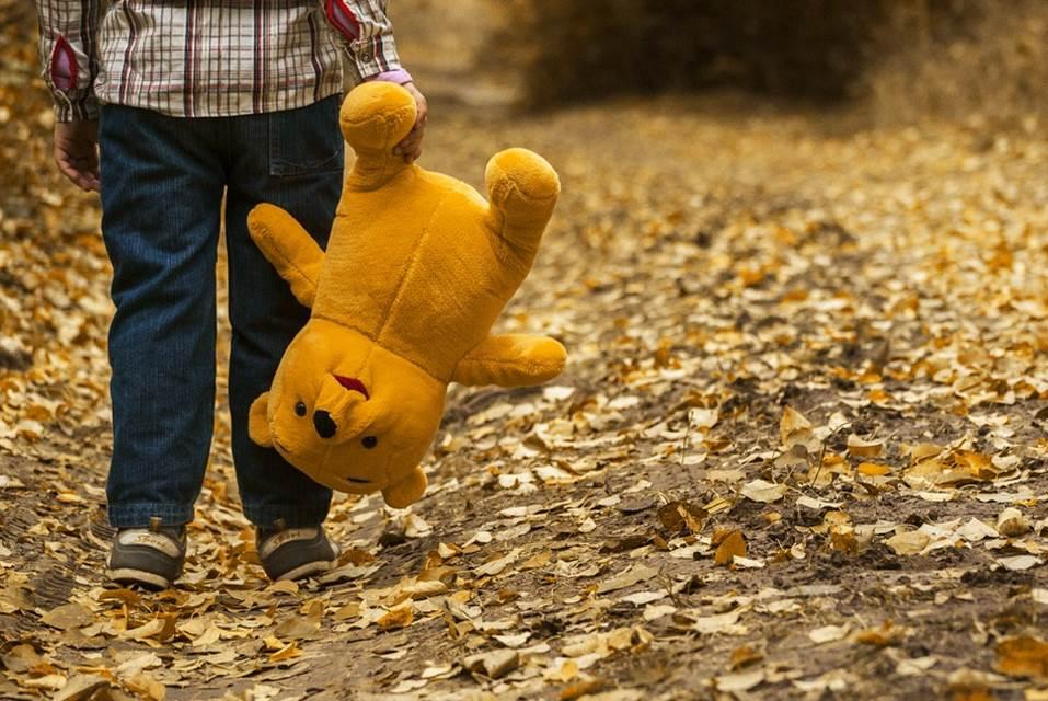 沒爸媽陪!7歲男童「1個人入學」背影超孤單 網嘆:希望他能有人疼
