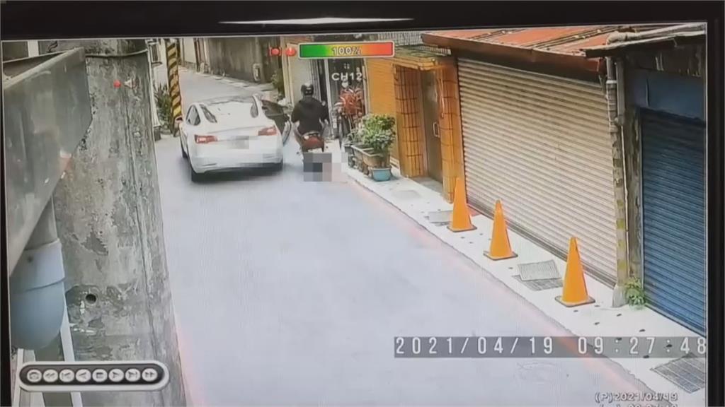趕下車突開門 騎士母女撞上摔飛! 有天理?乘客怪司機「沒幫注意後方」