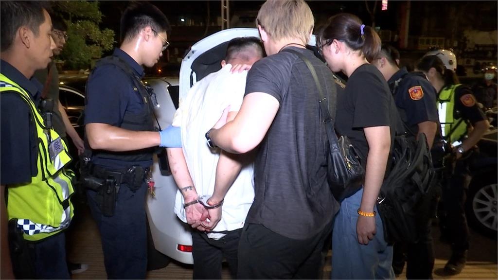 男子藏兩槍防身 撞警欲逃因為這件事