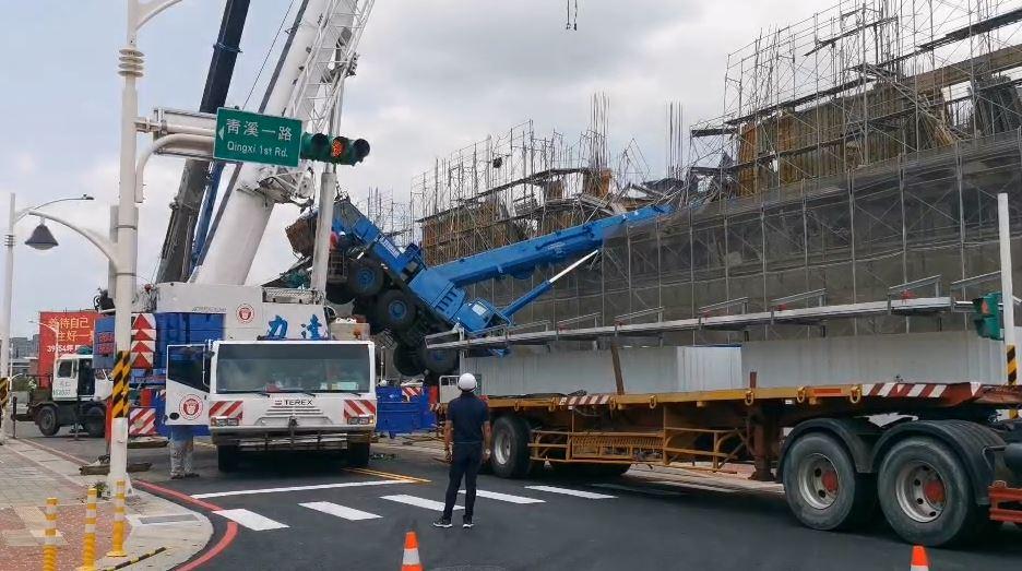 快新聞/桃園建案吊車疑吊掛東西太重垂直傾倒 鷹架和模板毀損
