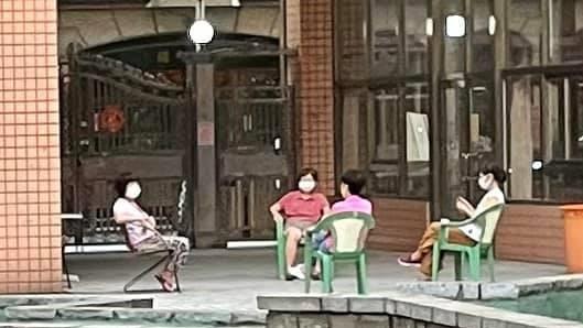 社區阿姨「模範聊天」 網友大讚優質長輩:防疫4戰士!