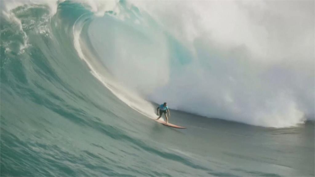 歐森挑戰15公尺巨浪 奪年度最佳衝浪獎