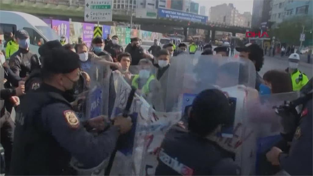 土耳其勞工示威 違反防疫規定與警爆扭打