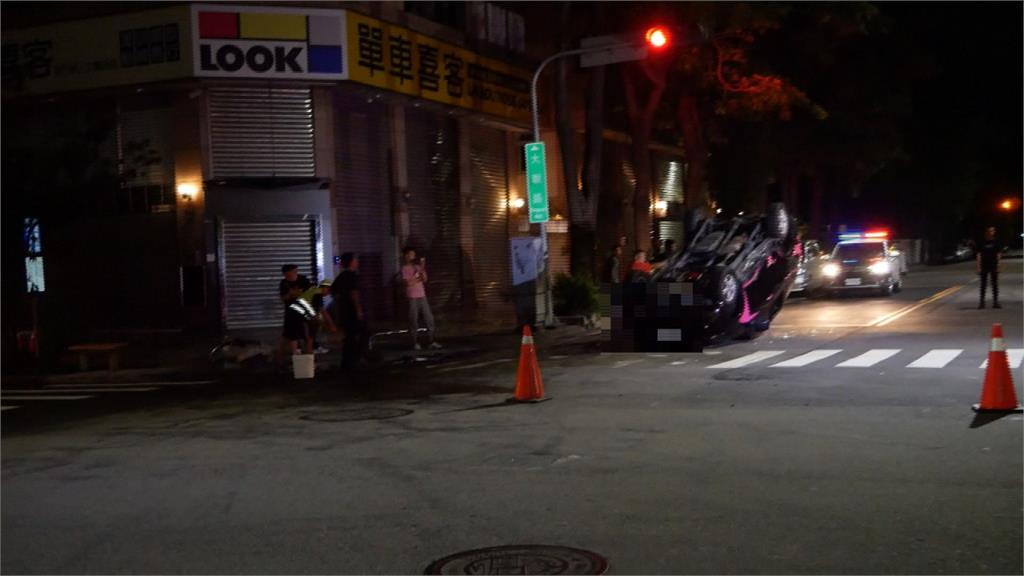 台中大觀路車禍 廂型車、計程車路口擦撞翻車