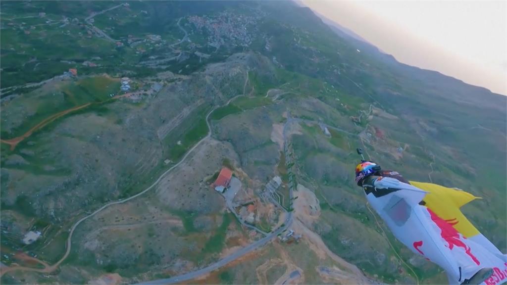 飛躍黎巴嫩最高峰!翼裝運動員挑戰極限