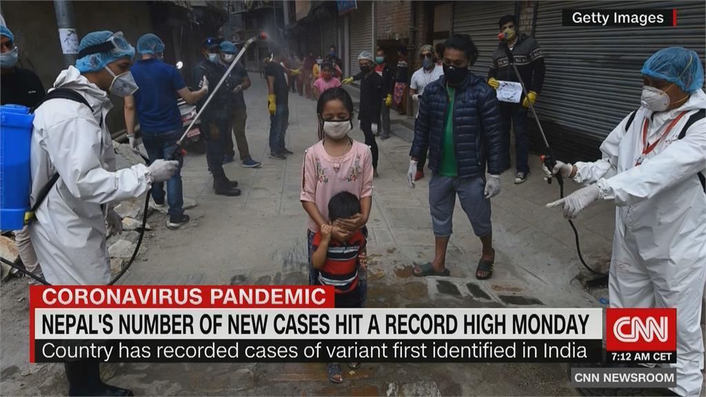 印度疫情燒往鄰國尼泊爾 單日逾7300確診 病故者露天火化