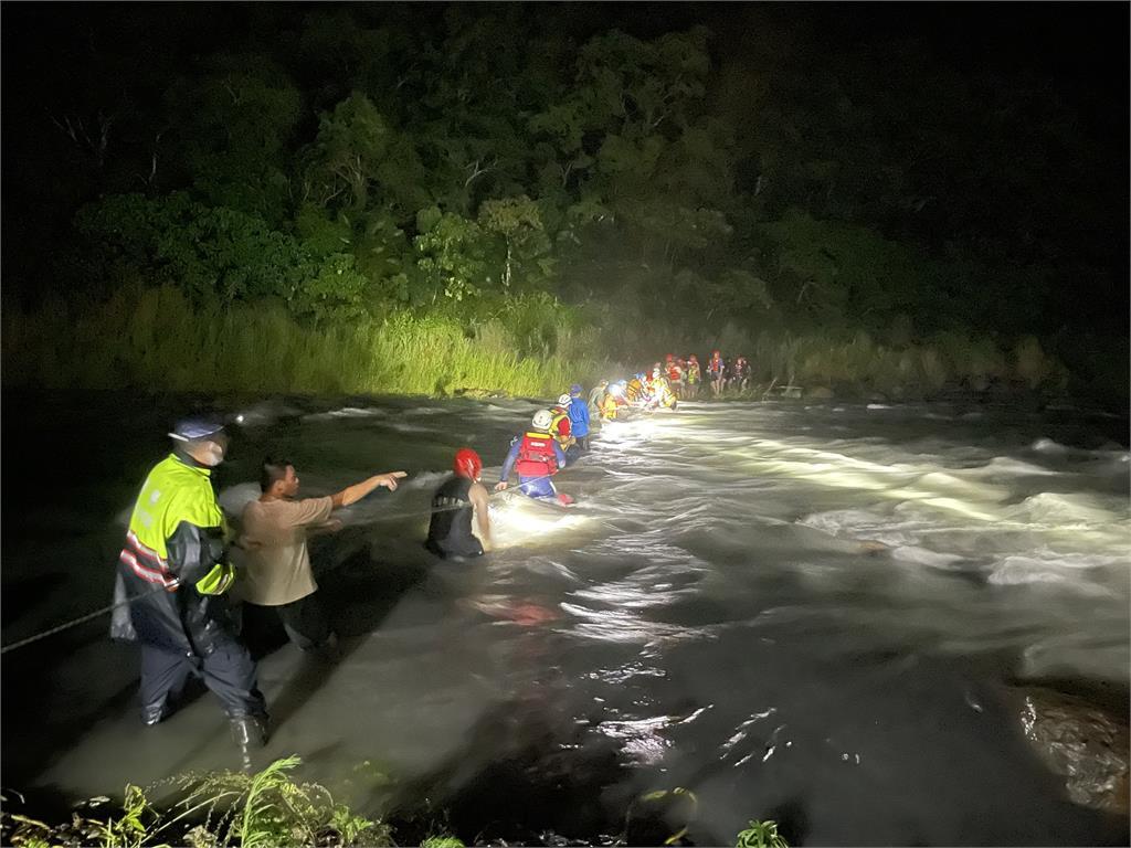快新聞/宜蘭溯溪突遇溪水暴漲20人受困 警消緊急救援後全數脫困