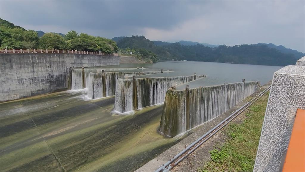 蓄水率重回100%!鯉魚潭水庫滿水位 自然溢流超過一個月
