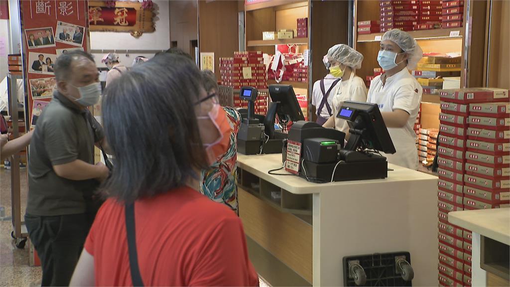月餅名店大排長龍 店家舉牌籲民眾遵守防疫