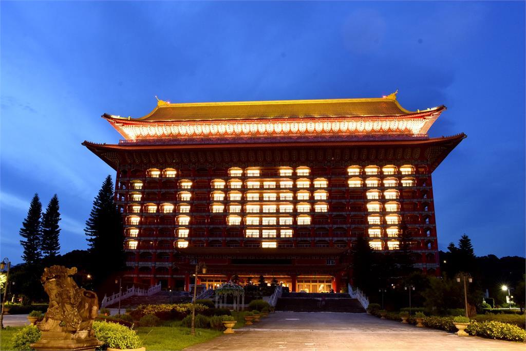 圓山大飯店點亮超美「A❤T」!感謝美國贈疫苗:台灣被看見了