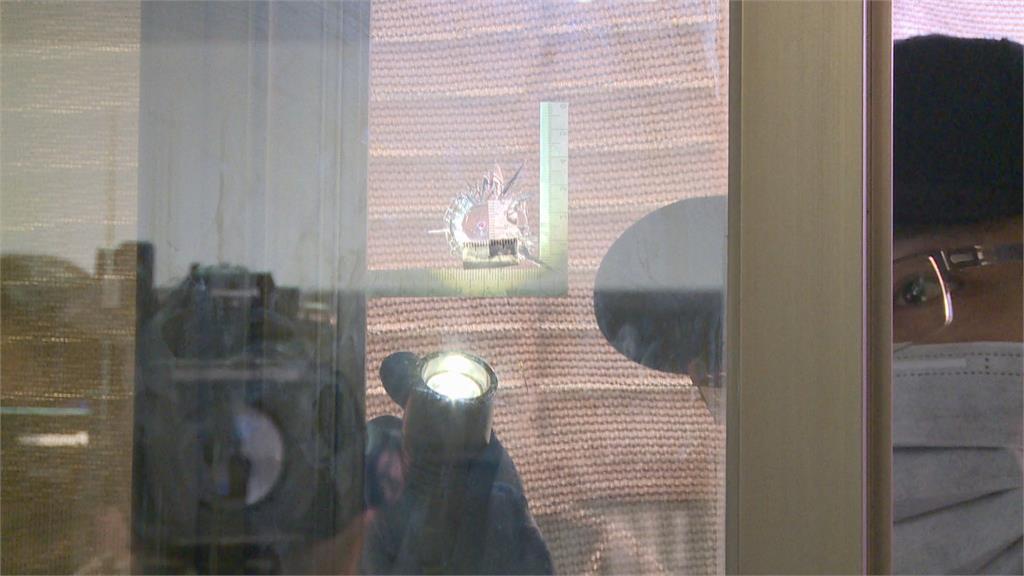 玻璃有彈孔!疑有人試槍趕緊報警 鑑識小組調查 男童承認射彈珠闖禍