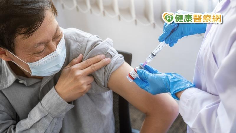 面對新冠疫苗副作用 可以先吃退燒藥嗎?