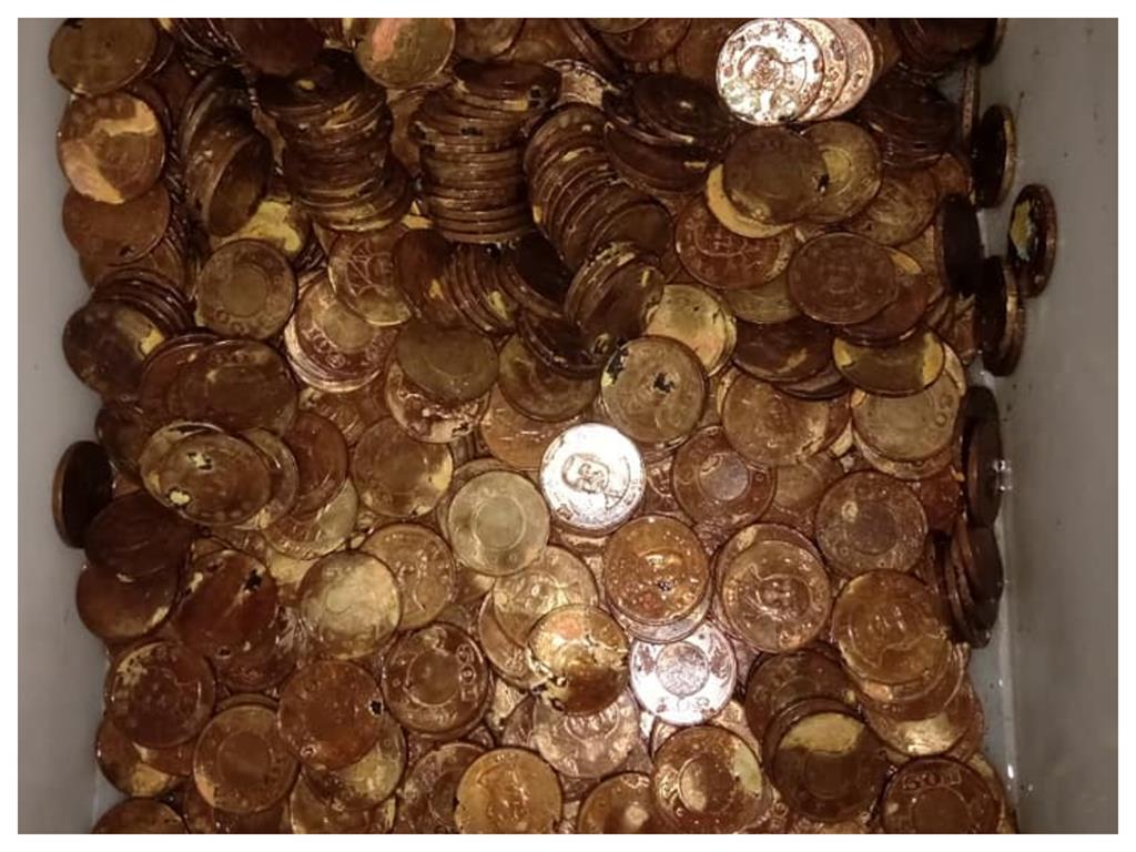 整把50元硬幣「泡漂白水消毒」結果直接G掉 網笑慘:專業洗錢