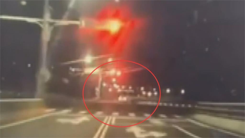 男拒檢闖紅燈逃逸 逃死巷棄車!起獲槍毒被逮