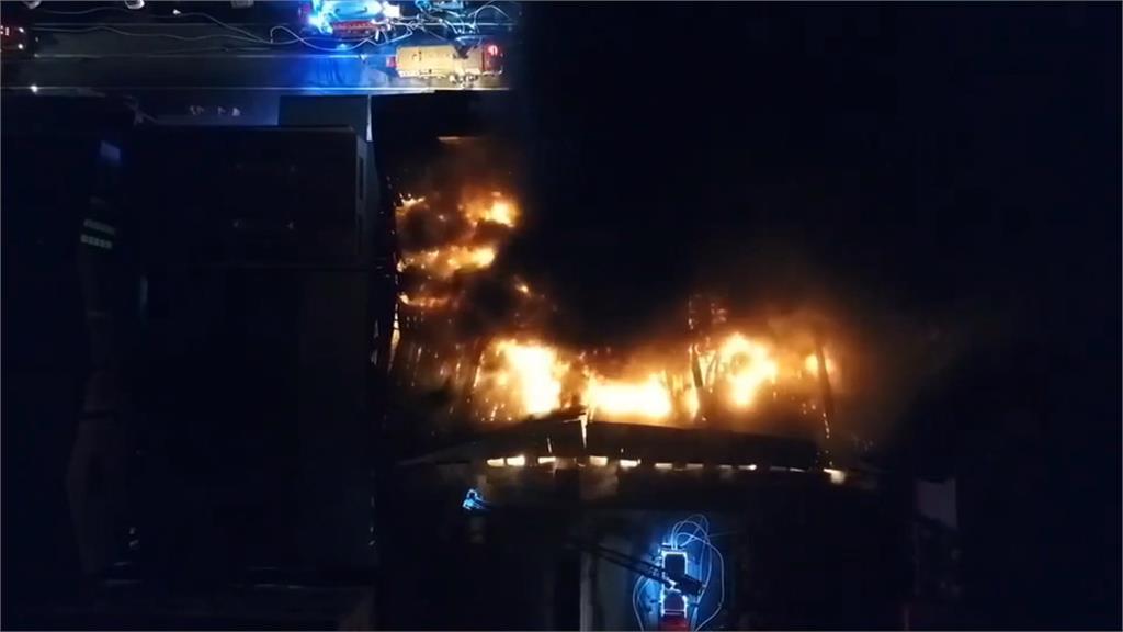 台南仁德塑膠廠大火 鐵皮屋火勢衝天