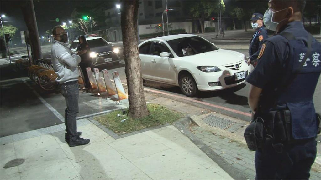 深夜駕車地檢署外徘徊警攔檢查獲刀械 駕駛無照 全依法偵辦告發