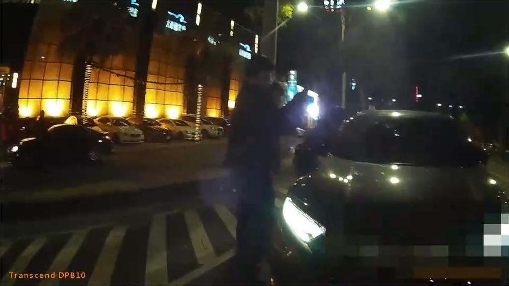 轎車路口大迴轉 被按喇叭不爽3惡煞砸車 被害3母人受驚嚇