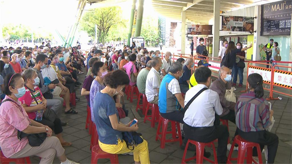 快新聞/北市花博接種站動線亂惹民怨 蔡炳坤:今排千張椅子讓長者坐著等