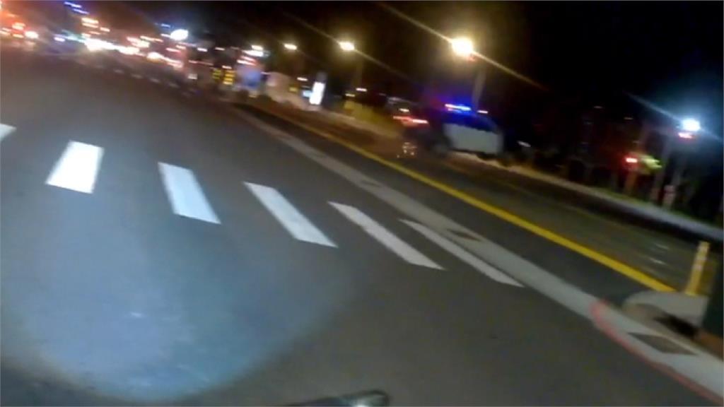 拍電影?警車百米衝路口 路不平突然彈飛