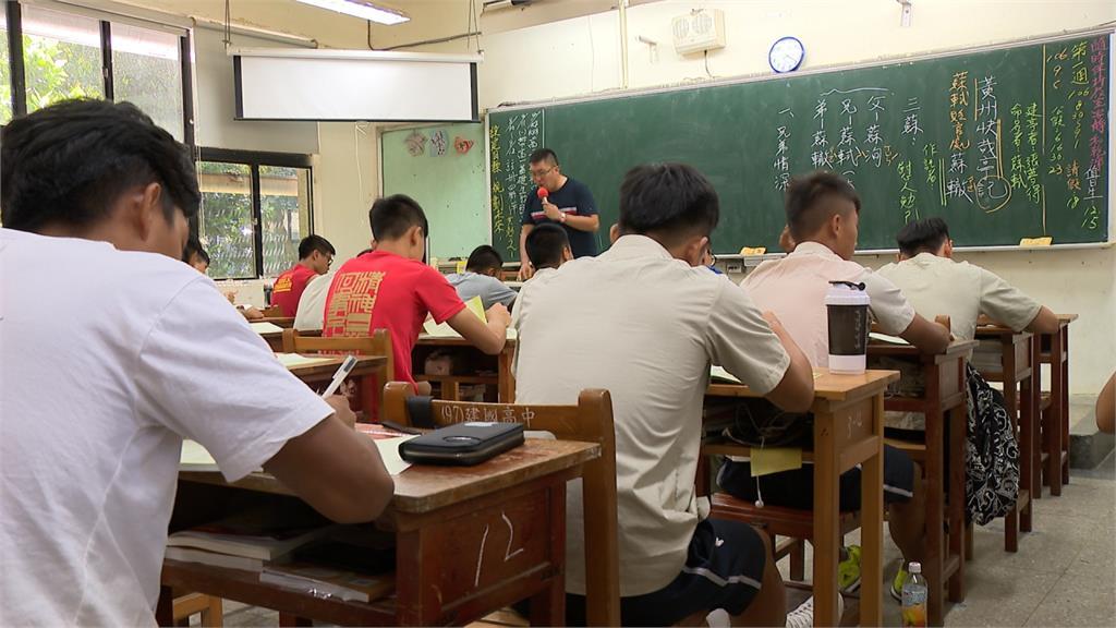 老師哀號「爆肝」 高中師員額解凍 老師總額沒增加 教團批謊言