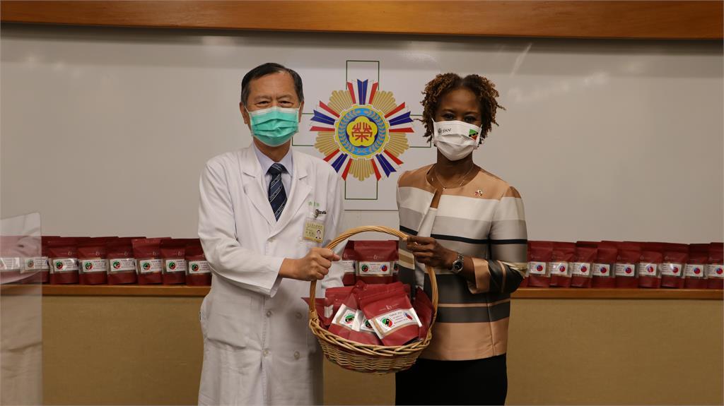 快新聞/慶祝台克建交38年、感謝北榮守護健康 克國大使致贈138盒手工傳統糕點