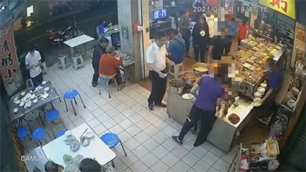 控男顧客頻伸鹹豬手 自助餐女店員報警