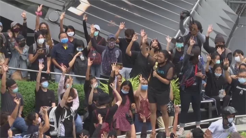 爭民主不休息!泰學運週一持續登場 打壓自由?泰警調查四家媒體與臉書粉專