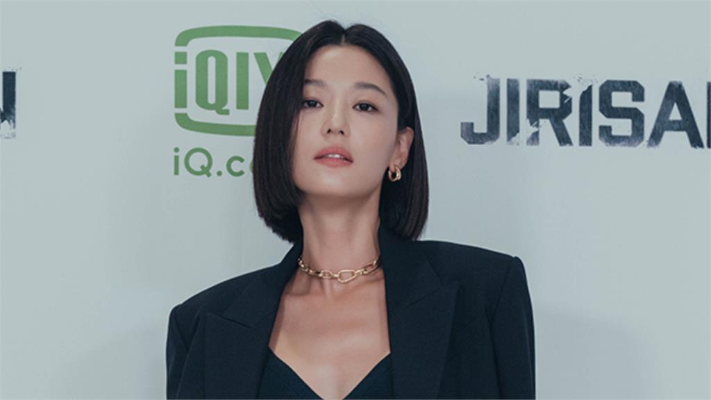全智賢新劇將上映「川字腹肌+幹練短髮」性感爆棚 氣場輾壓全場!