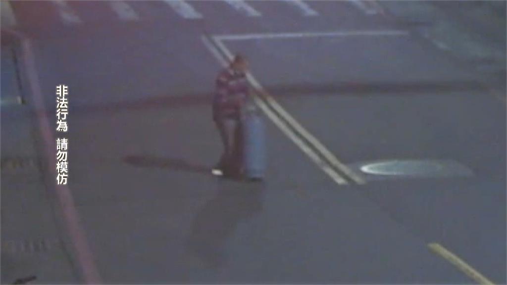 偷宮廟瓦斯桶想變賣 被發現後竟直接丟在馬路中央!