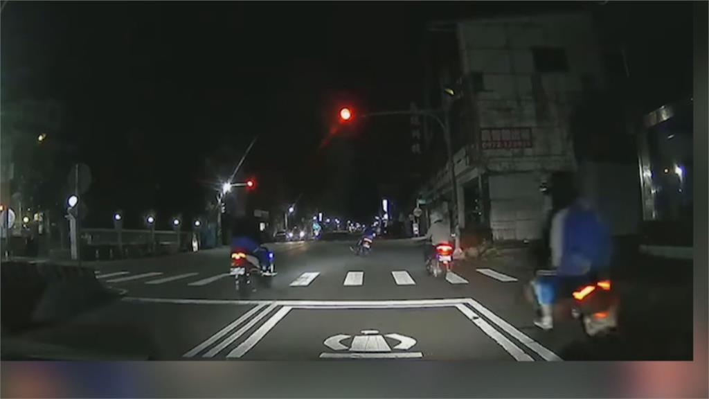 把馬路當賽車場?青少年深夜狂飆闖紅燈 脫序全都錄