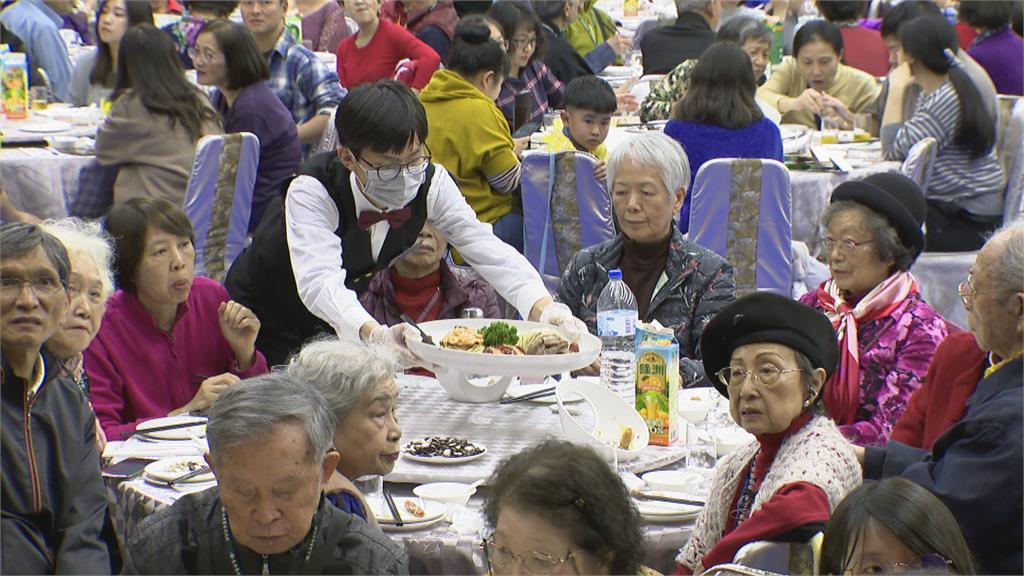 疫情衝擊 外出圍爐意願低 飯店顧客延後宴席、改外帶年菜