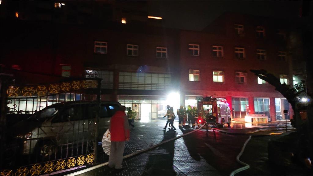 快新聞/淡水養護之家竄出火舌 警消佈水線緊急疏散78人