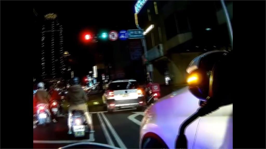 抓闖紅燈變救援!車上女童頭流血 警開道助送醫