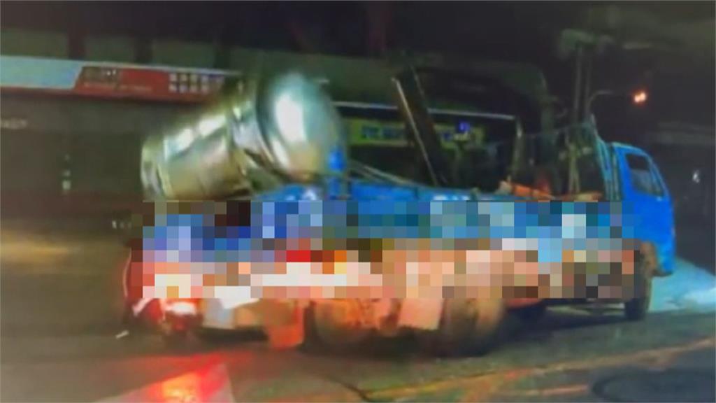 幸好沒砸到人! 貨車油桶沒綁好翻落 柴油噴濺騎士