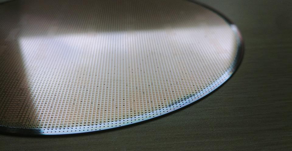 晶片供應鏈再平衡 台積電與英特爾看法兩極