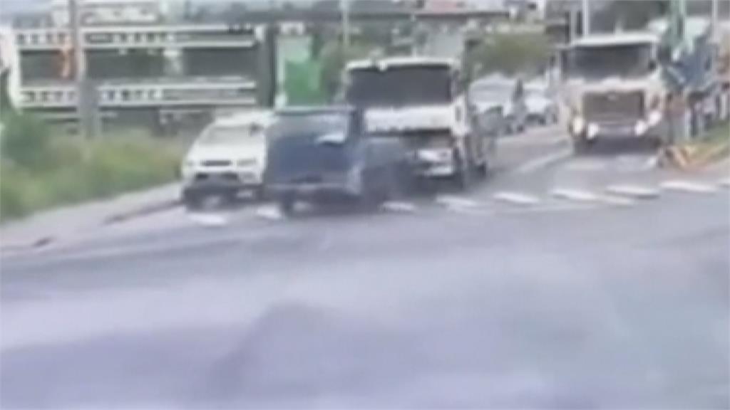 煞車失靈?砂石車追撞小貨車驚險畫面曝!直撞超商險撞騎樓路人