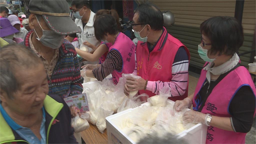寒冬溫暖!慈善會購衣送街友、備熱食送弱勢