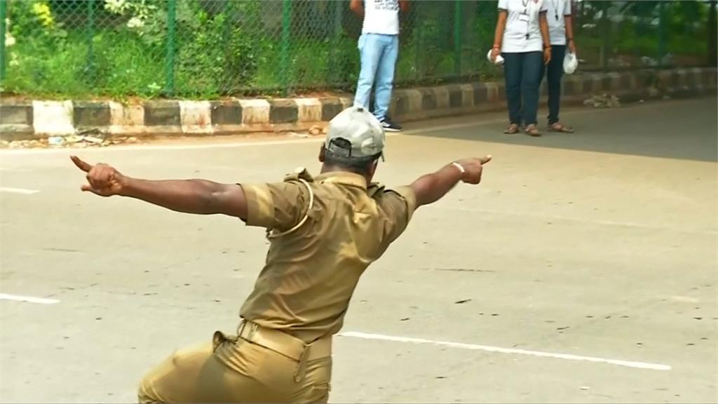 誇張舞步穿梭車陣 印度「舞棍交警」網路爆紅