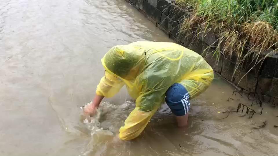 快新聞/彰化降下大雨「彰員路淹水」! 民眾冒險疏通堵塞處畫面曝