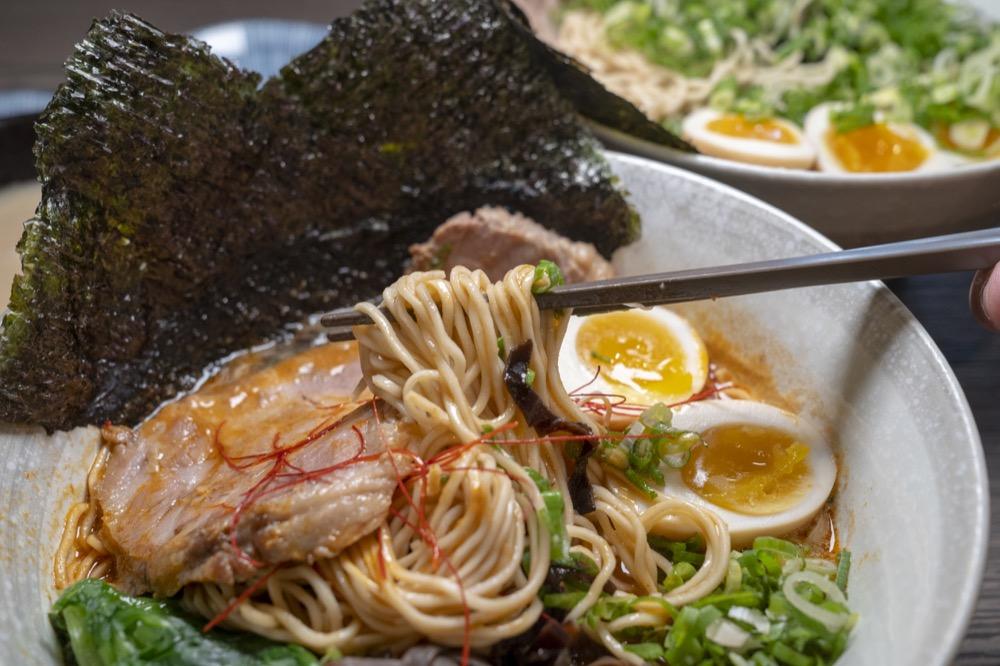美食/台南豚骨拉麵 一拉麵|天冷 來碗拉麵吧!料多實在只要兩百塊就能撐飽肚皮