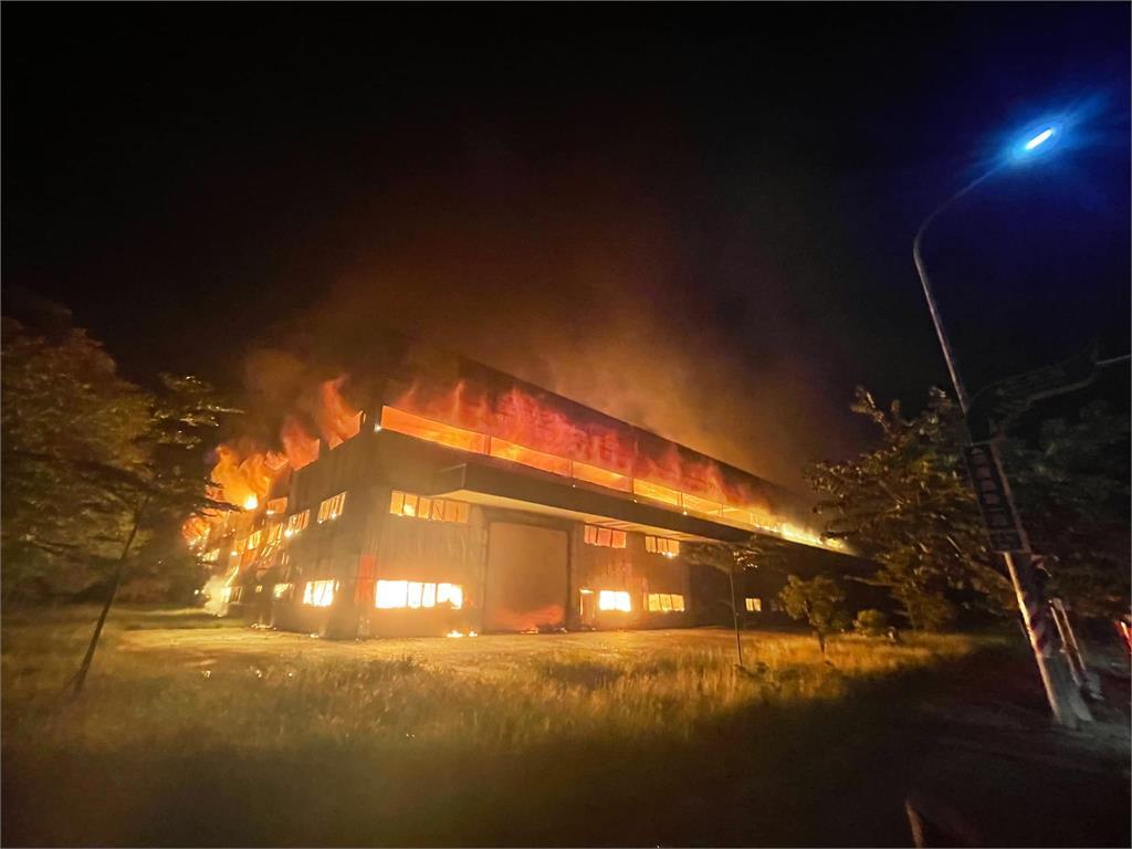 快新聞/台南柳營科技工業區廠房大火 緊急出動逾20台消防車灌救