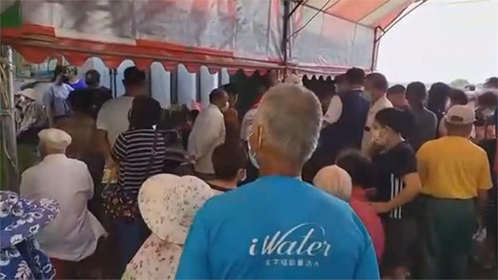 嘉義接種站擠滿人挨批變菜市場  縣府:長輩沒依時間到已派人疏導