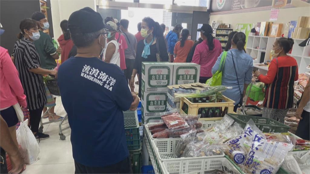 斷航14天!物資貨輪終抵蘭嶼 超市外停滿汽機車與搶購人潮