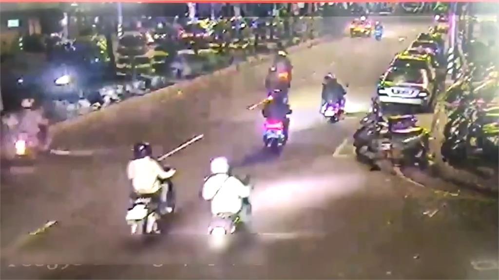 騎車被叭不開心 十人包圍小黃砸車